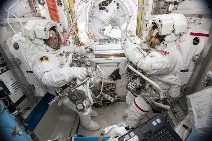 Sứ mệnh lịch sử của 2 nữ phi hành gia ngoài không gian - Ảnh 1.