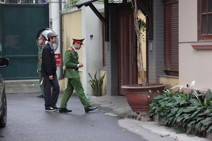 Nhận 3 triệu USD, cựu bộ trưởng Nguyễn Bắc Son đưa cả tiền ra ban công cất giấu - Ảnh 2.