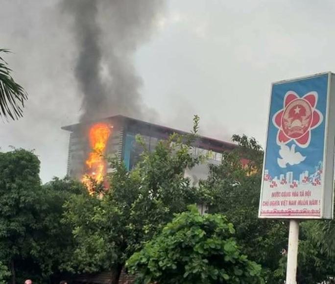 Cháy lớn ở siêu thị điện máy Dũng Loan, gây thiệt hại lớn - Ảnh 2.