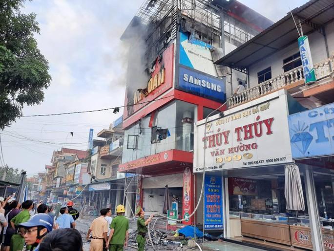Cháy lớn ở siêu thị điện máy Dũng Loan, gây thiệt hại lớn - Ảnh 3.