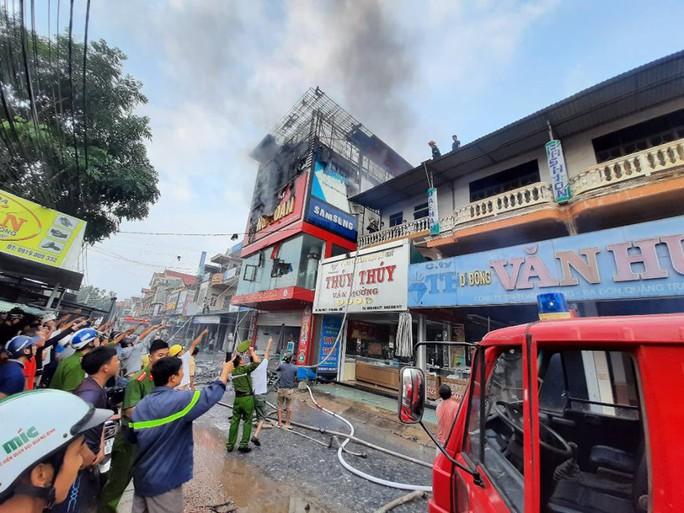 Cháy lớn ở siêu thị điện máy Dũng Loan, gây thiệt hại lớn - Ảnh 4.