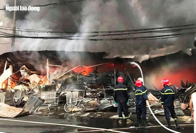 Cháy chợ Còng ở Thanh Hóa, 260 ki-ốt bị thiêu rụi, thiệt hại tiền tỉ - Ảnh 4.