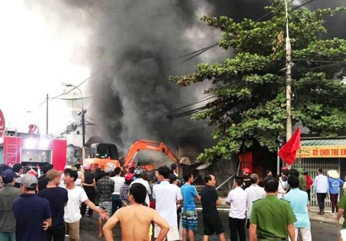 Xuất hiện clip nghi có người đốt chợ ở Thanh Hóa gây thiệt hại hàng tỉ đồng - Ảnh 2.