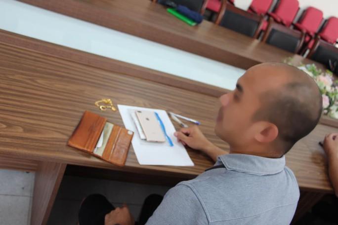 Bay từ nước ngoài về, khách nam để quên ví có nhẫn đính hôn, dây chuyền vàng ở sân bay - Ảnh 3.