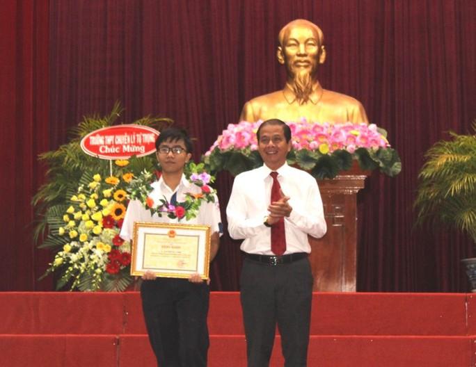 Lập 3 kỷ lục tại Đường lên đỉnh Olympia, Nguyễn Bá Vinh được khen thưởng - Ảnh 1.