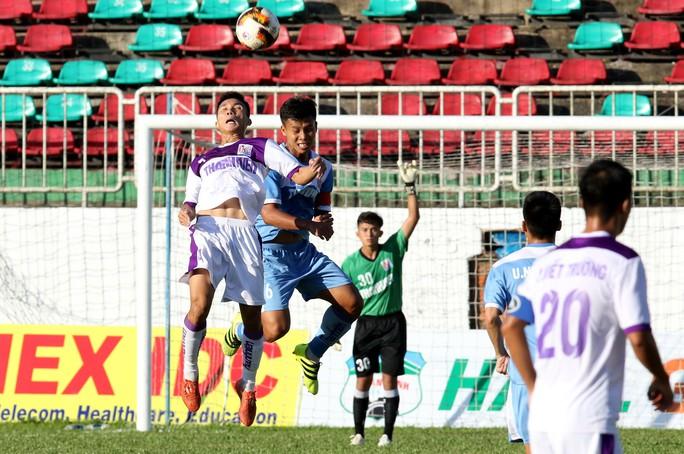 Giải U21 quốc gia: Sân chơi im ắng và vắng khán giả - Ảnh 1.