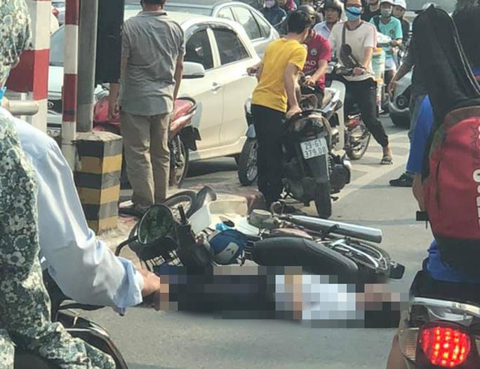 Người đàn ông đi xe máy bất ngờ tông vào trụ bêtông cầu vượt Thái Hà, tử vong - Ảnh 1.