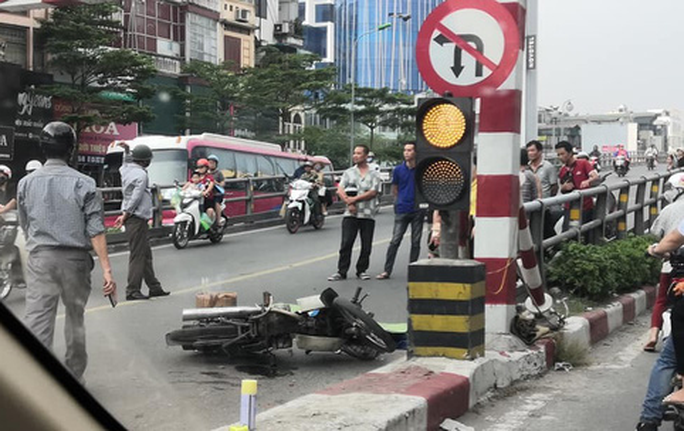 Người đàn ông đi xe máy bất ngờ tông vào trụ bêtông cầu vượt Thái Hà, tử vong - Ảnh 2.