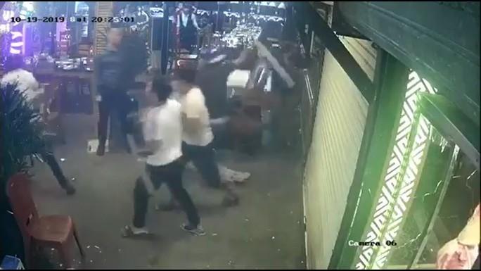 Thực khách tháo chạy khi côn đồ mang gậy sắt xông thẳng vào nhà hàng đập phá - Ảnh 1.