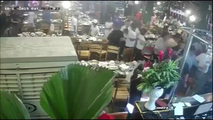 Thực khách tháo chạy khi côn đồ mang gậy sắt xông thẳng vào nhà hàng đập phá - Ảnh 2.