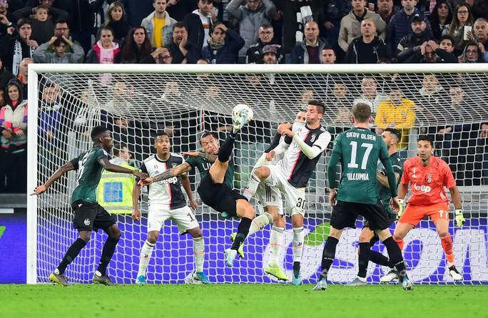 Juventus tặng quà độc, Ronaldo bùng nổ với bàn thắng 701 - Ảnh 8.