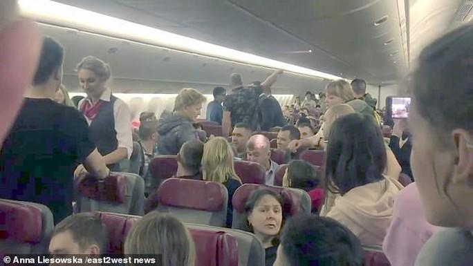 """Hành khách Nga hoảng loạn trên """"chuyến bay từ địa ngục"""" - Ảnh 2."""