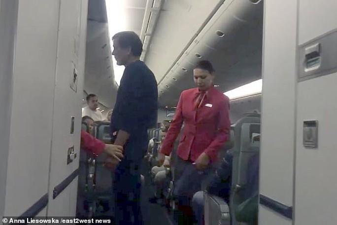 """Hành khách Nga hoảng loạn trên """"chuyến bay từ địa ngục"""" - Ảnh 3."""