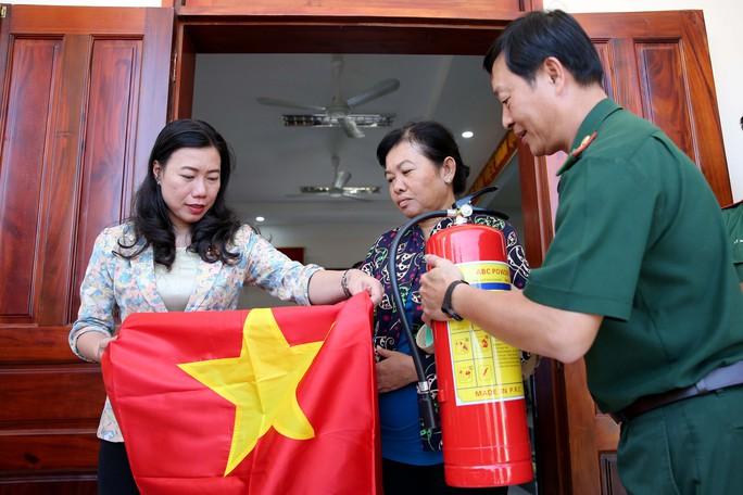 Cờ Tổ quốc đến tay ngư dân huyện Cần Giờ, TP HCM - Ảnh 5.
