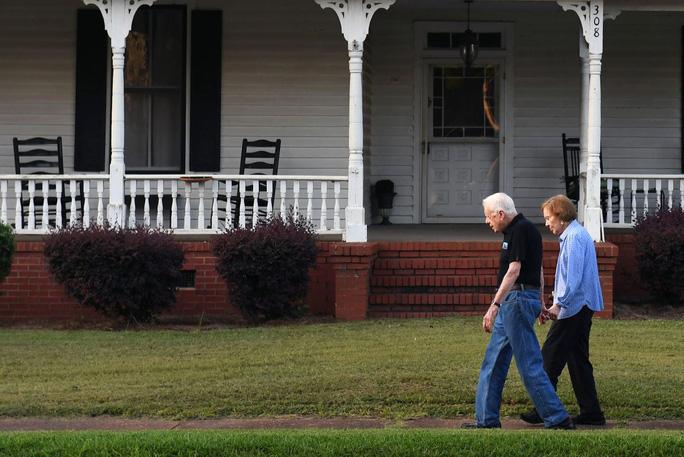 Kết hôn 73 năm, cựu Tổng thống Mỹ Carter vẫn nắm tay vợ xuống phố - Ảnh 1.