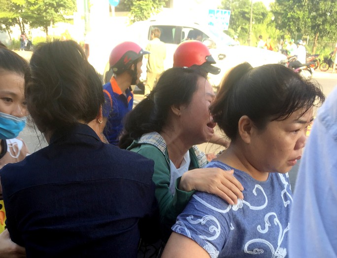 TP HCM: Người phụ nữ run rẩy bên thi thể chồng vừa tử nạn - Ảnh 2.