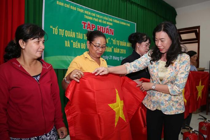 Cờ Tổ quốc đến tay ngư dân huyện Cần Giờ, TP HCM - Ảnh 1.