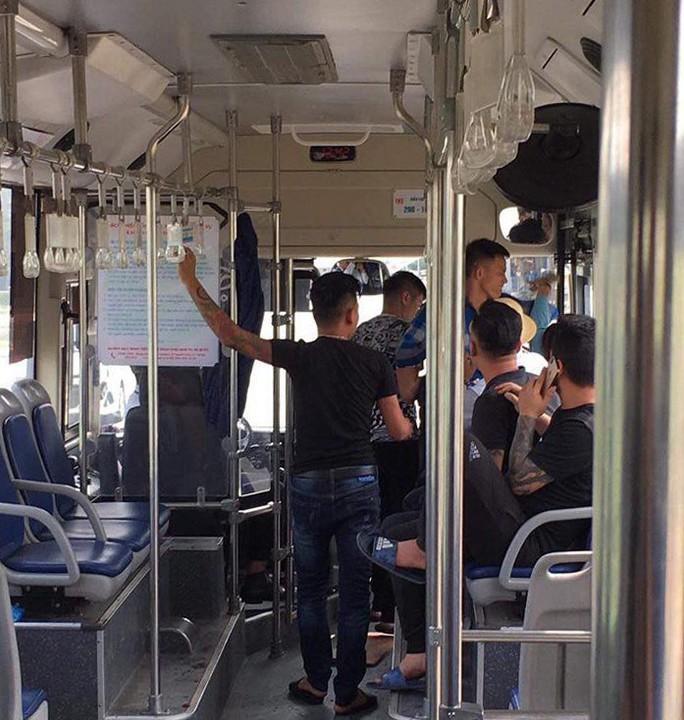 Xác định nhóm thanh niên đánh hội đồng dã man nữ nhân viên xe buýt khi bị nhắc giữ trật tự - Ảnh 2.
