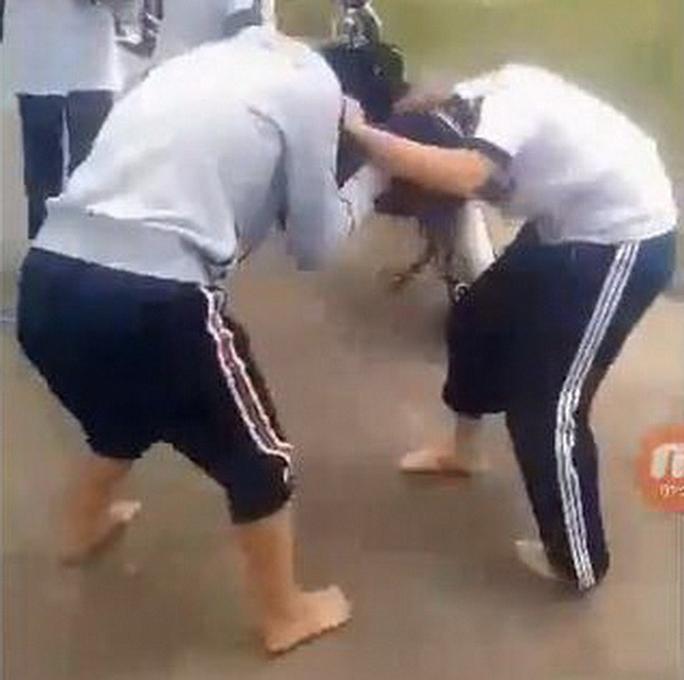 Xích mích nhỏ, 2 nữ sinh lao vào đánh nhau như đấu võ - Ảnh 1.