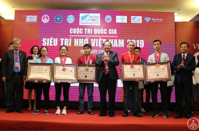"""Hai chị em nghèo ở Lâm Đồng cùng đoạt giải vàng """"Siêu trí nhớ Việt Nam"""" - Ảnh 2."""