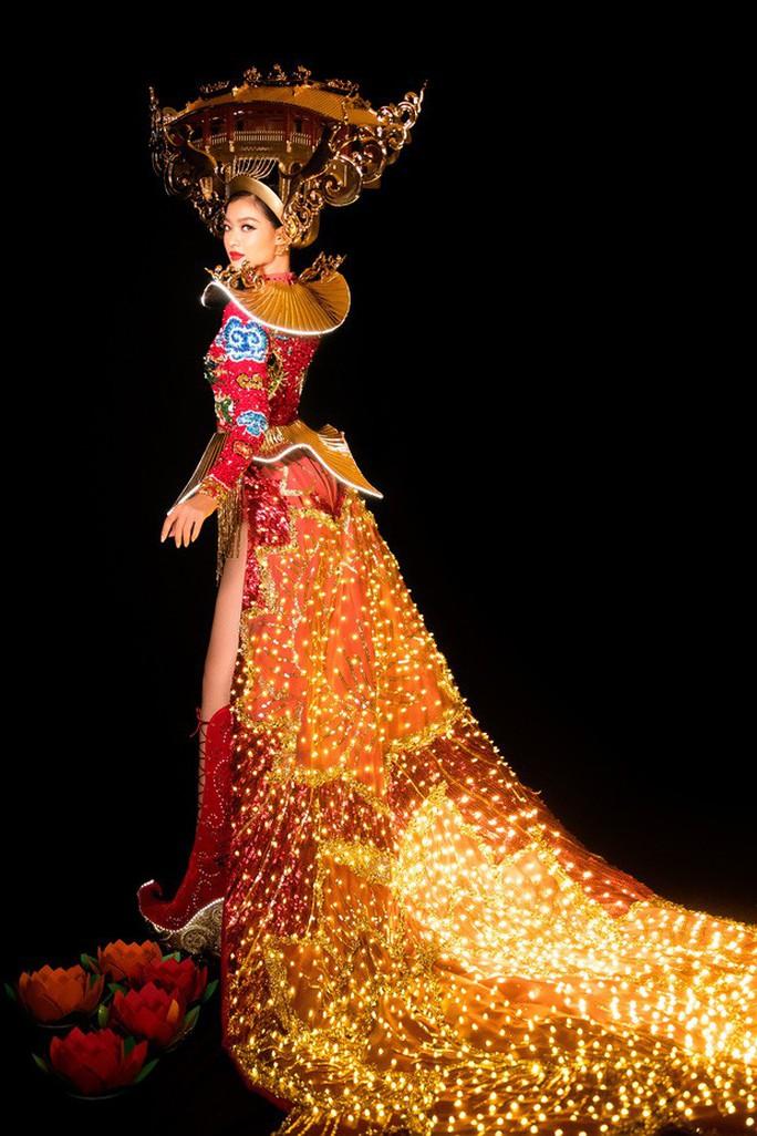 Cận cảnh bộ trang phục gắn đèn led của Kiều Loan tại Hoa hậu Hoà Bình 2019