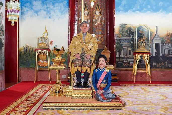 """Hoàng quý phi Thái Lan bị tước mọi chức vị vì """"bất trung"""" - Ảnh 1."""