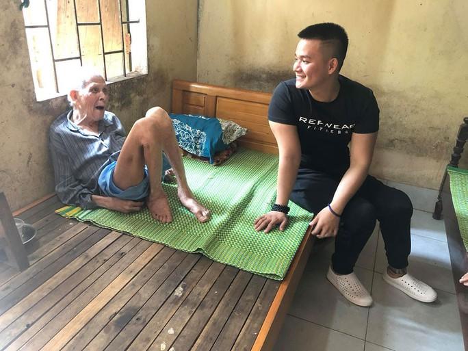 Chàng khuyết chân với tấm lòng từ thiện - Ảnh 1.