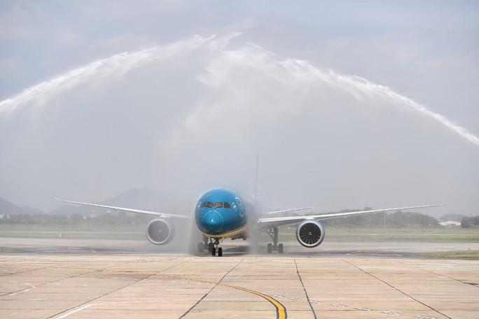 Phó Thủ tướng ngồi thử siêu máy bay, chiếc máy bay thứ 100 của Vietnam Airlines - Ảnh 5.