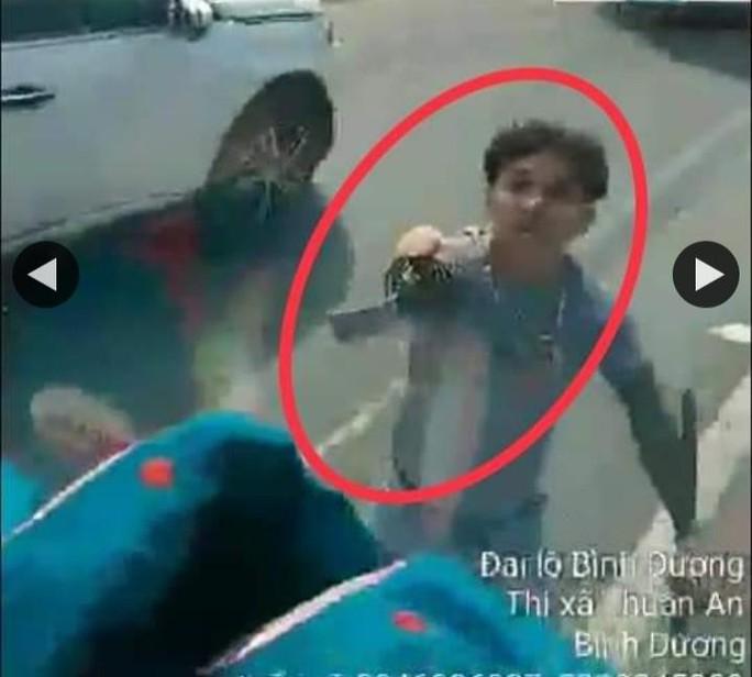 Công an Bình Dương phạt kẻ vung kiếm chém nát kính xe tải trên Quốc lộ 13 - Ảnh 1.