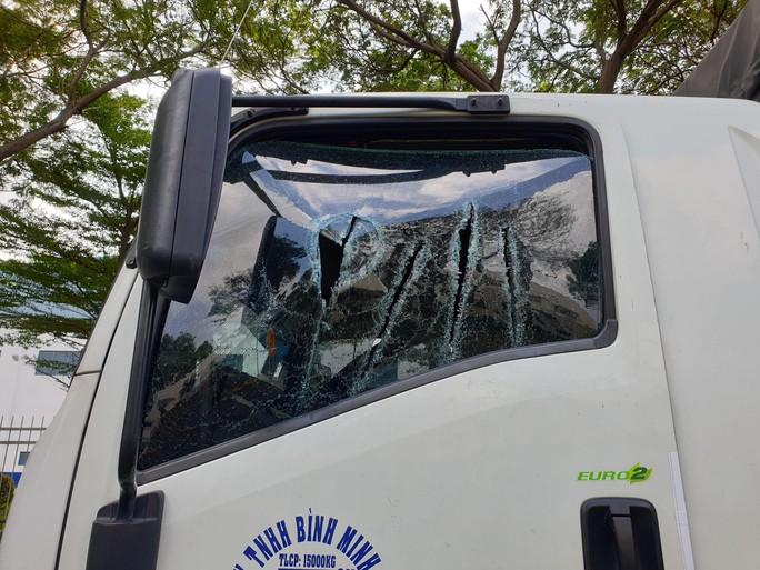 Công an Bình Dương phạt kẻ vung kiếm chém nát kính xe tải trên Quốc lộ 13 - Ảnh 2.