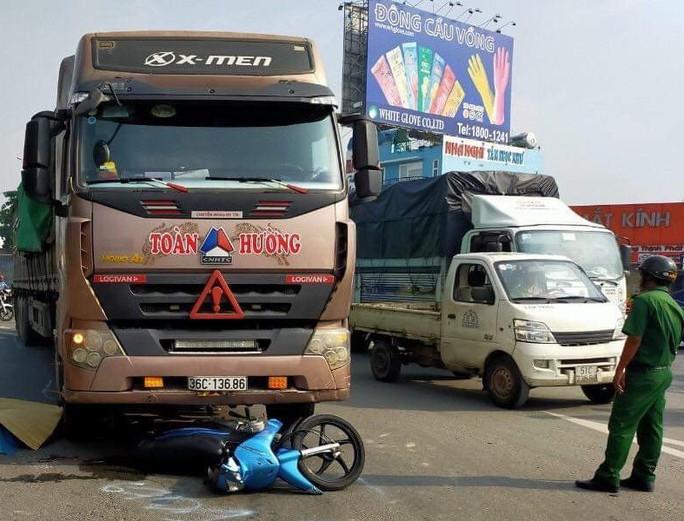 TP HCM: Đôi nam nữ chở bé gái bị xe container tông, 2 người tử vong - Ảnh 2.