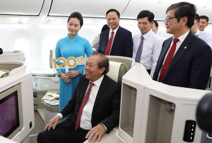 Phó Thủ tướng ngồi thử siêu máy bay, chiếc máy bay thứ 100 của Vietnam Airlines - Ảnh 3.
