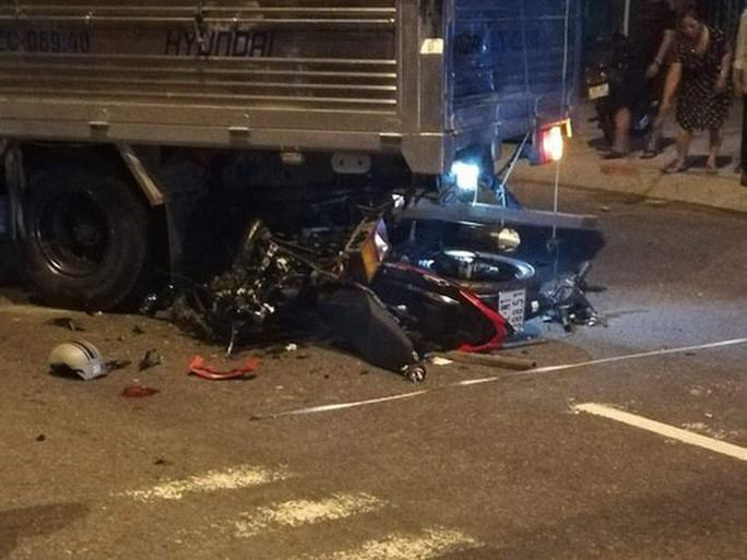 Xe máy nát bét sau cú tông vào xe tải, thanh niên tử nạn - Ảnh 1.