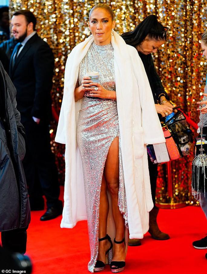 Jennifer Lopez khoe chân thon trên thảm đỏ - Ảnh 2.
