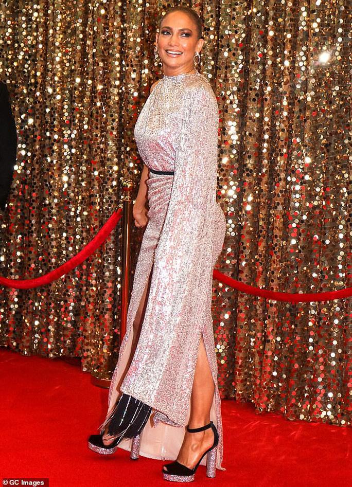 Jennifer Lopez khoe chân thon trên thảm đỏ - Ảnh 5.