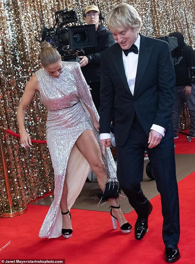 Jennifer Lopez khoe chân thon trên thảm đỏ - Ảnh 6.