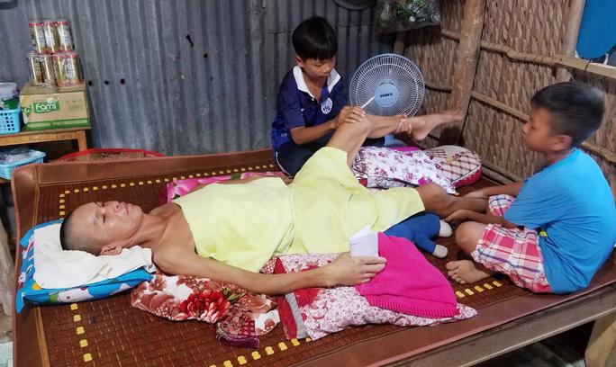 CLIP: Cha nằm liệt giường, 2 con nhỏ ứa nước mắt vì sắp bỏ học - Ảnh 4.