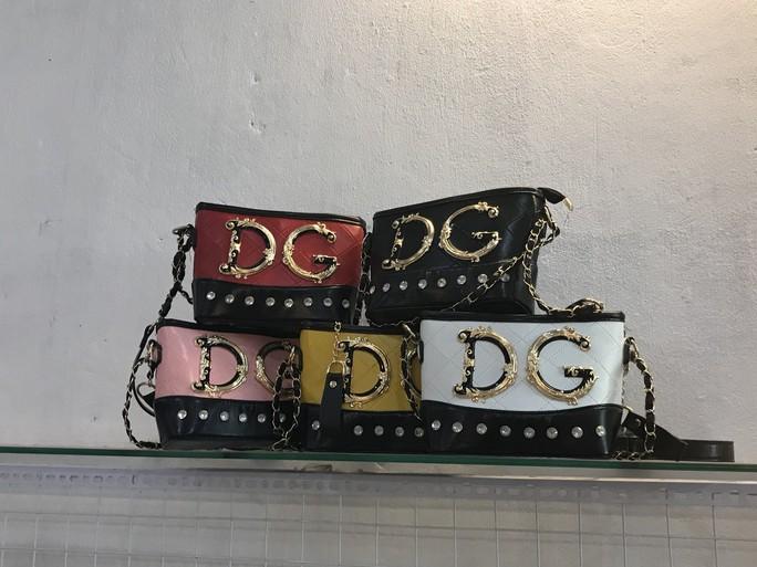 Đột kích cửa hàng túi xách giả nhãn hiệu Gucci, Louis Vuiton, Dior giá bèo 30.000 đồng - Ảnh 2.