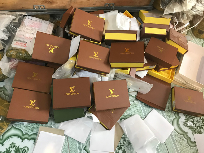 Đột kích cửa hàng túi xách giả nhãn hiệu Gucci, Louis Vuiton, Dior giá bèo 30.000 đồng - Ảnh 1.