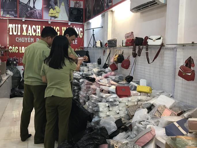 Đột kích cửa hàng túi xách giả nhãn hiệu Gucci, Louis Vuiton, Dior giá bèo 30.000 đồng - Ảnh 3.