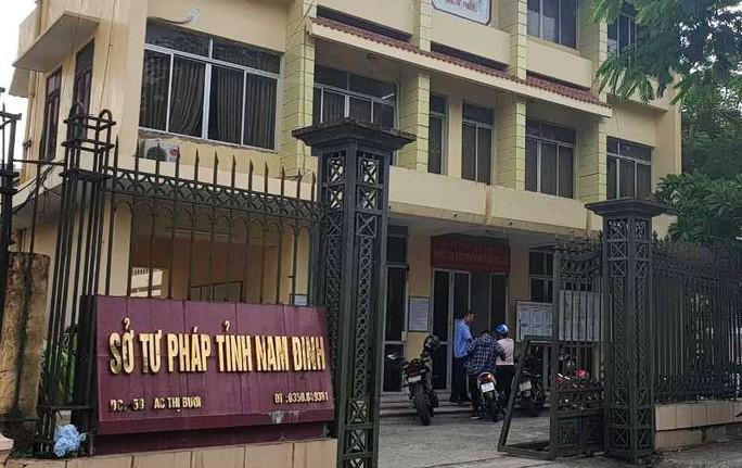 Bắt 2 nữ cán bộ Sở Tư pháp Nam Định rút tiền đặt cọc đấu giá đất cho vay lãi - Ảnh 1.