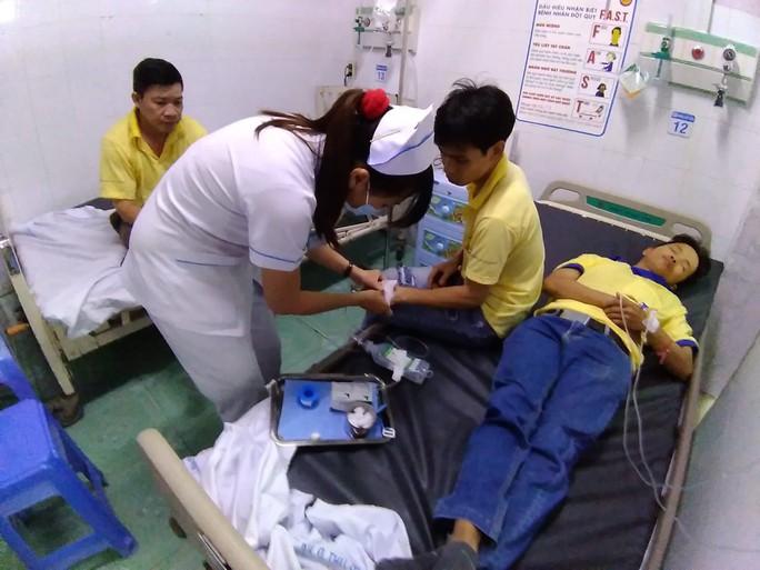 Sau bữa chiều tăng ca, hàng loạt công nhân cấp cứu - Ảnh 1.