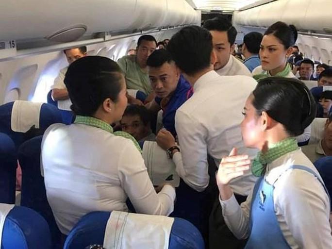 Nữ hành khách bị co giật được cấp cứu trên máy bay như thế nào? - Ảnh 1.