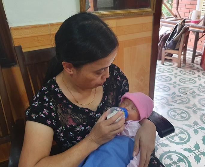 Bé gái 2 ngày tuổi bị bỏ rơi bên đường cùng bức tâm thư của người mẹ vô danh - Ảnh 1.