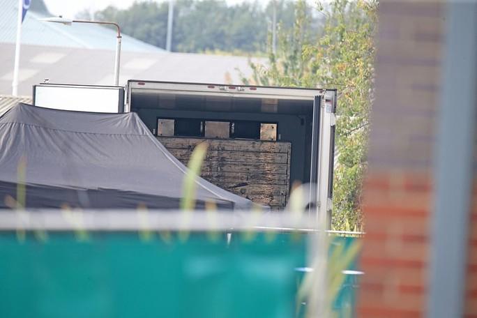 Vụ xe container chở 39 thi thể: Tài xế ngất xỉu khi thấy cảnh tượng kinh hoàng - Ảnh 2.