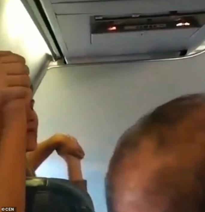 Máy bay hỏng động cơ giữa trời, hành khách nắm tay nhau... uống rượu - Ảnh 3.