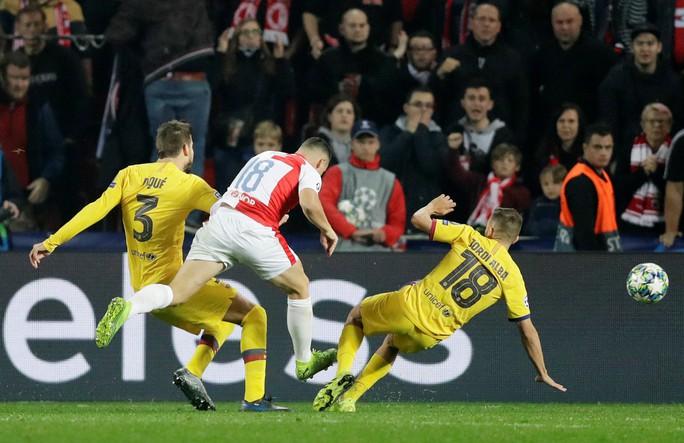 Người nhện Ter Stegen tỏa sáng, Barcelona thắng nhọc nhằn ở Prague - Ảnh 1.