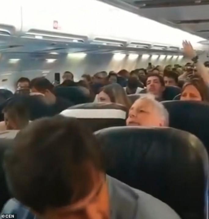 Máy bay hỏng động cơ giữa trời, hành khách nắm tay nhau... uống rượu - Ảnh 2.