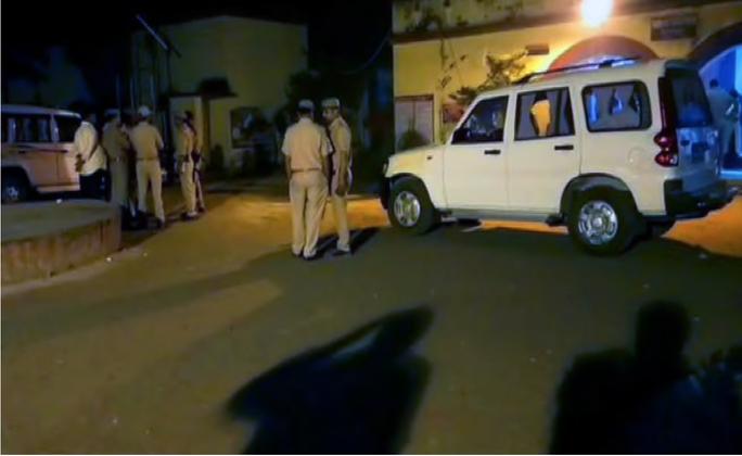 Cãi nhau, cảnh sát bắn chết con trai ngay tại đồn - Ảnh 1.
