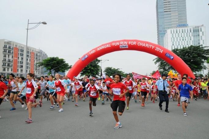 Đại sứ Anh và ca sĩ Đàm Vĩnh Hưng tham gia chương trình chạy bộ Fun Run - Ảnh 1.